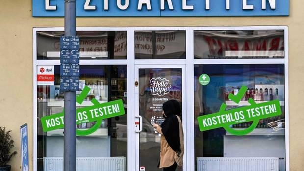 Geschaeft E-Zigaretten, Dominicusstrasse, Schoeneberg, Berlin, Deutschland [ Rechtehinweis: picture alliance/Bildagentur-online ]