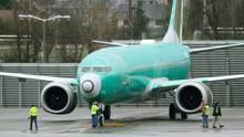 Mitarbeiter stehen neben einer Boeing 737 Max am Renton Municipal Airport in den USA