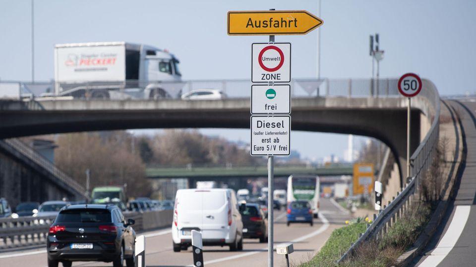 Ein Schild weist auf das Diesel-Fahrverbot für Dieselfahrzeuge unter Euro 5 hin