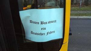 Ein Zettel in einem Linienbus der Dresdner Verkehrsbetriebe (DVB)