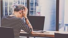 Frau sitzt verzweifelt vor dem Rechner