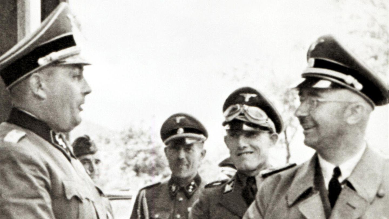 Rudolf Höß (l.), der Kommandant von Auschwitz, begrüßt den Reichsführer SS Heinrich Himmler bei einem Besuch im Konzentrationslager