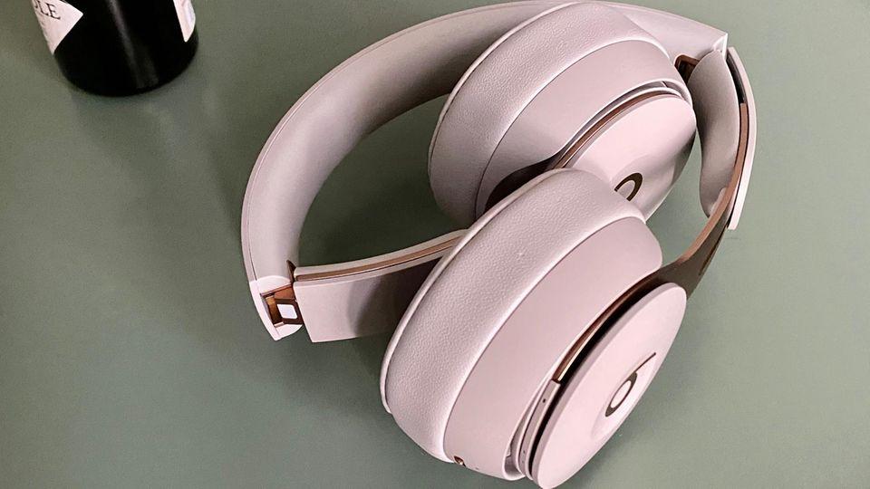 Die Scharniere und Bügel sind beim Beats Solo Pro deutlich stabiler als bei den Vorgängern. Klappt man die Bügel auf, schaltet er sich ein