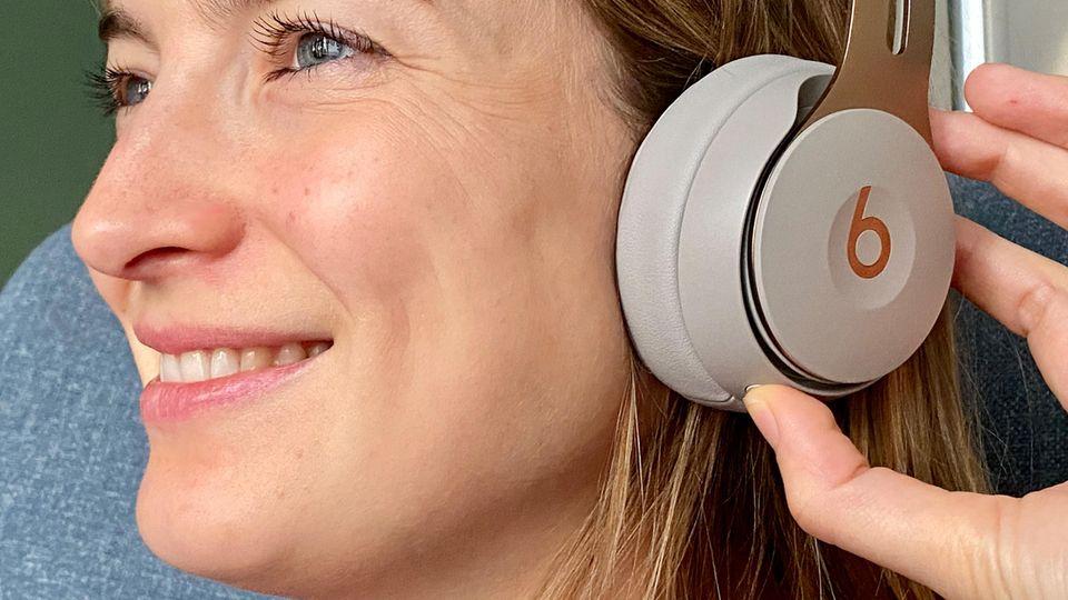 Mit dem Button auf der Unterseite der linken Seite wechselt man zwischen Noise-Canceling und dem Transparenz-Modus