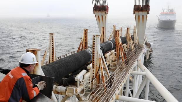 """Das Verlegeschiff """"Audacia"""" des Offshore-Dienstleisters Allseas verlegt in der Ostsee vor der Insel Rügen Rohre für die Gaspipeline Nord Stream 2"""