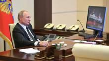 Der russische Präsident Putin sitzt in seinem Büro vor einem Windows-Rechner