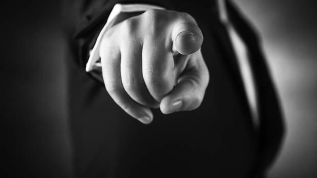 Mann zeigt mit dem Finger auf den Betrachter