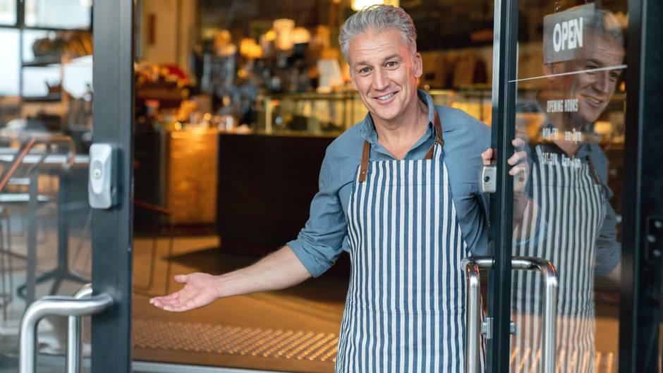 Wenn Sie niemand im Restaurant begrüßt  Viele gute Restaurants haben eine Art Gastgeber, der die Gäste im Restaurant begrüßt, einen Platz zu weist und zum Tisch bringt. Wenn Sie niemand im Restaurant beachtet, könnte das ein erstes Anzeichen dafür sein, dass der Service zu Wünschen übrig lässt.