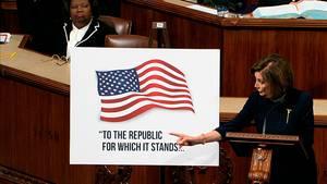 US-Demokratin Nancy Pelosi steht im US-Kongress und gestikuliert während ihrer Rede mit der rechten Hand