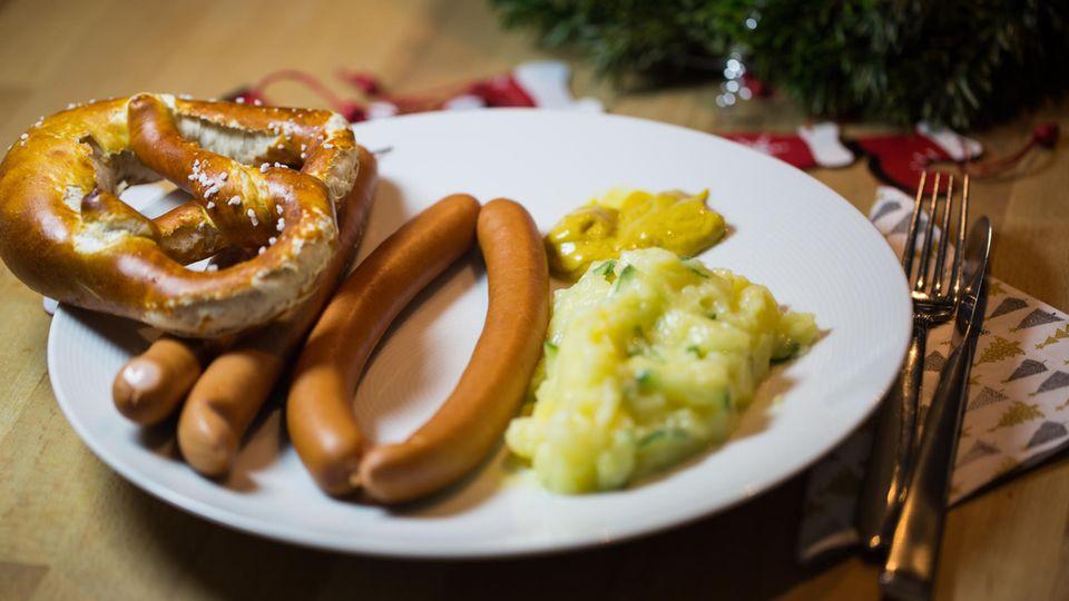 Würstchen mit Kartoffelsalat  In der Bundesrepublik isst man gern einfach zu Heiligabend. Das wenig spektakuläre Gericht soll an die Armut von Maria und Josef erinnern. Deshalb gibt es in vielen Haushalten Würstchen mit Kartoffelsalat. Sehr praktisch, weil die Zubereitung einfach ist, für Instagram ist das Gericht wohl zu simpel. Nur 108 Treffer finden sich unter dem Hashtag #würstchenmitkartoffelsalat.