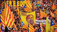 """Demonstranten halten am katalanischen Nationlafeuertag """"La Diada"""" am 11. September ein Plakt mit dem ein Bild vonOriol Junqueras in die Höhe. DerHistorikerwarVizepräsident sowie Wirtschafts- und Finanzminister der der katalanischen Regionalregierung, wurde aber im Oktober zu13 Jahren Haft verurteilt."""