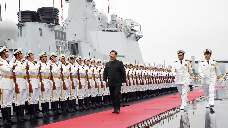 Der chinesische Präsident schreitet die Ehrenformation der Marine ab.
