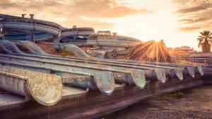 Die gigantischen Wasserrutschen zeugen davon, dass hier in diesem portugiesischen Spaßbad einmal viele Menschen geplanscht haben. Doch auch verlassen entfaltet die Anlage ihren Reiz.
