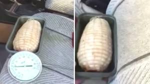 Schweinebraten in Backform auf Autositz