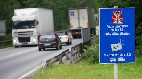 Autos und LKWs fahren in Kufsteinauf der Zubringerstraße zur Autobahn