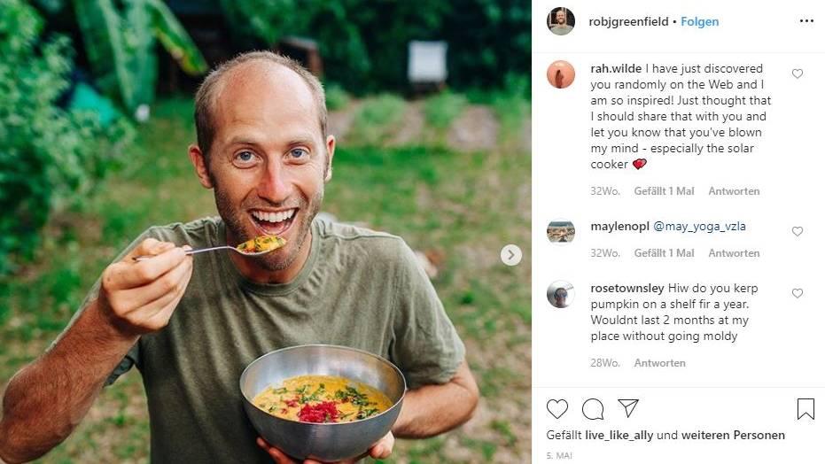 Rob Greenfield ernährte sich ein Jahr nur davon, was er selbst anbaute oder sammelte. Auf Instagram sieht man, was auf seinem Teller landete: Auf dem Bild isst er eine Suppe aus Kürbis, Möhre, Süßkartoffeln und Kokosmilch.