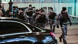 Einsatzkräfte in der Nähe der FSB-zentrale in Moskau nach dem Angriff am Donnerstagabend