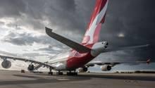 Airbus A380 von Qantas auf dem Taxiway in Dresden