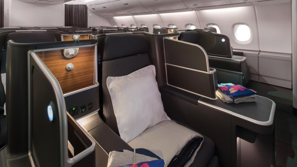 Blick in die neue Business Class an Bord des Airbus A380 von Qantas:Statt sechs Sessel in einer Reihe gibt es jetzt nur noch vier – immer mit direktem Zutritt zum Gang.