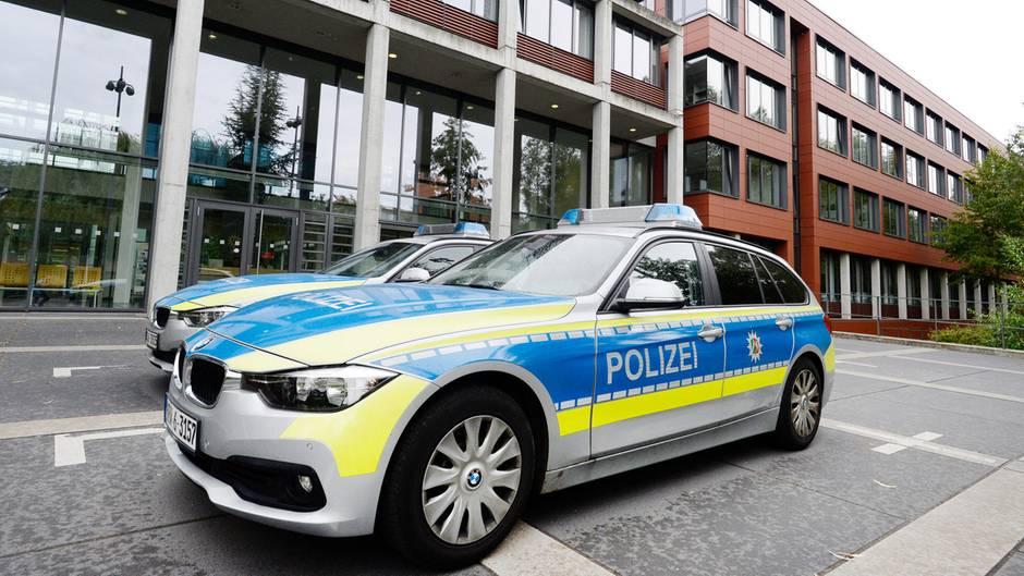 Einsatzfahrzeuge vor dem Polizeipräsidium in Bonn
