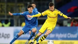 Der Hoffenheimer Florian Grillitsch (l.) und der Borusse Julian Weigl kämpfen um den Ball