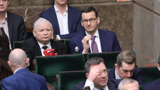 Jaroslaw Kaczynski (2.Reihe, l), Vorsitzender der PiS-Partei, und Mateusz Morawiecki (2. Reihe, r), Premierminister von Polen