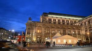 Die Wiener Staatsoper, aufgenommen am Abend.