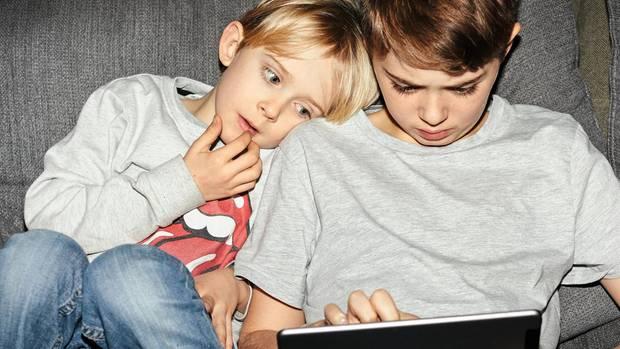 Zwei Kinder mit einem Tablet