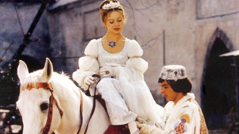 """Filmszene aus """"Drei Haselnüsse für Aschenbrödel"""": Der Prinz(Pavel Travnicek) zieht Aschenbrödel (Libuse Safrankova) den verlorenen Schuh an."""