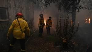 Feuerwehrleute kämpfen in New South Wales gegen die Flammen
