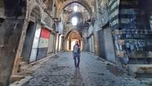 Eva zu Beck, Influencerin aus Polen, geht durch den zerstörten Markt in Aleppo