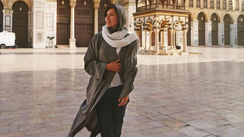Eva zu Beck imHof der Ummajaden-Mosche in Damaskus
