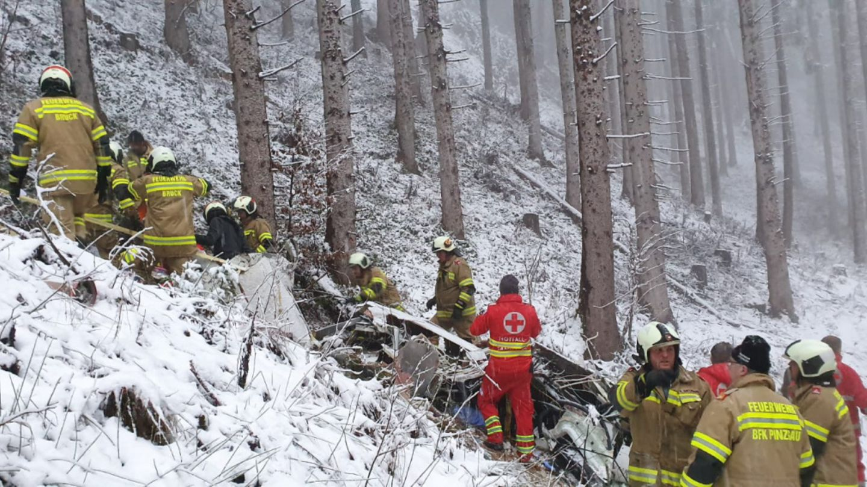 Notärzte und Rettungskräfte an der Absturzstelle