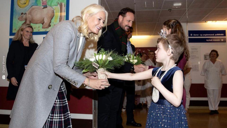Mette-Marit und Haakon überraschen kranke Kinder in einem norwegischen Krankenhaus