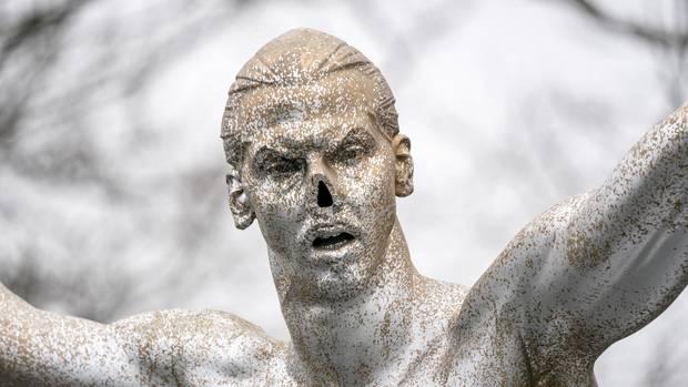 Ohne Nase und mit Silberfarbe: Die Statue von Zlatan Ibrahimovic
