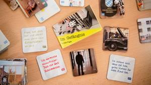 """Das Memory-Spiel """"Gefängnis –So lebt Papa"""" liegt auf einem Tisch der JVA Nürnberg"""