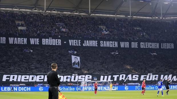 Bundesliga im stern-Check: Choreo zu Ehren des verstorbenen Schalke-Ultras