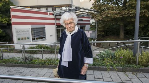 Lisel Heise vor dem Rathaus
