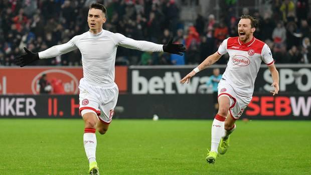 Bundesliga im stern-Check: Erik Thommy bejubelt sein Siegtor gegen Union Berlin