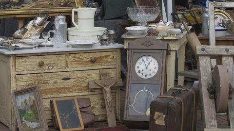 Nachrichten aus Deutschland: Wanduhr und anderer Trödel auf einem Flohmarkt