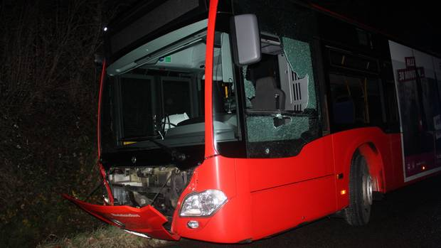 Nachrichten aus Deutschland: Ein demolierter Gelenkbus steht in Aachen an einem Straßenrand