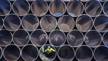 Ein Mitarbeiter prüft tonnenschwere Rohre für die zukünftige Ostsee-Erdgastrasse Nord Stream 2
