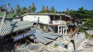 Wenige Tage nach dem Tsunami auf Koh Phi Phi, der Insel zwischen Phuket und Koh Lanta