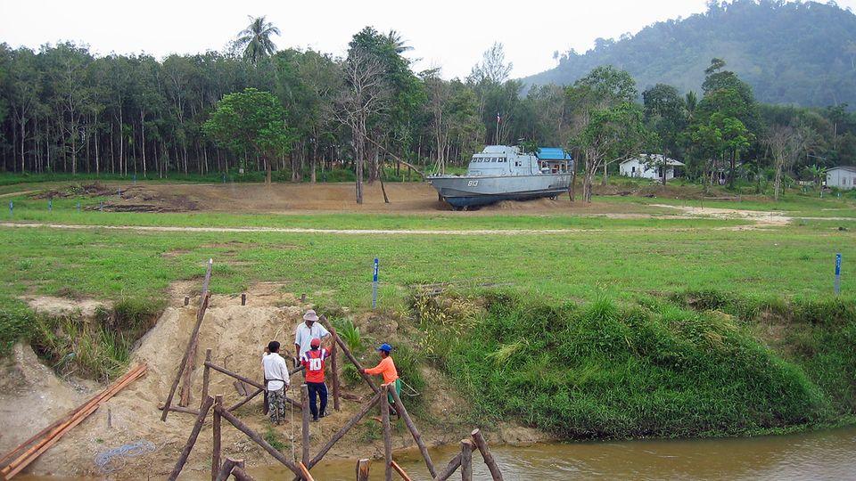 Das 25 Meter lange Patroilenboot 813 der Marine wurde durch die Gewalt der Welle zwei Kilometerweit ins Landesinnere von Khao Lak getrieben, ehe es liegen blieb - heute eine Mahnmal.
