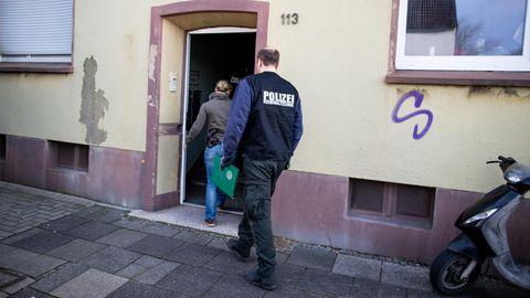 Polizisten gehen in das Haus in Recklinghausen, in dem Marvin entdeckt wurde