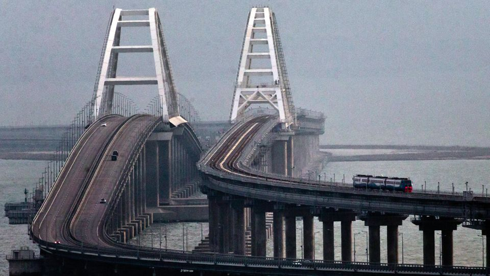 Wladimir Putin hatdie Bahnverbindung über die Krim-Brückemit einer weltweit beachteten Bahnfahrt eröffnet