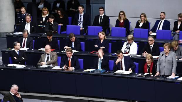 Abgeordnete im Bundestag bei einer Rede von Angela Merkel