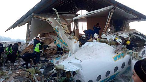 Polizisten und Rettungskräfte am Ort eines Flugzeugabsturzes