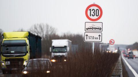 Autobahn mit Tempo 130 Schild