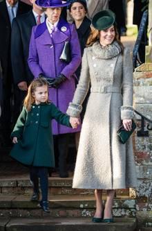 Prinzessin Charlotte und ihre Mutter Kate knicksen vor der Queen